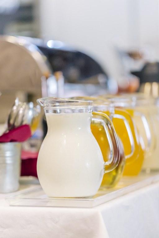 Napici sa švedskog stola (jogurt, mleko, sok od jabuke i sok od narandze)