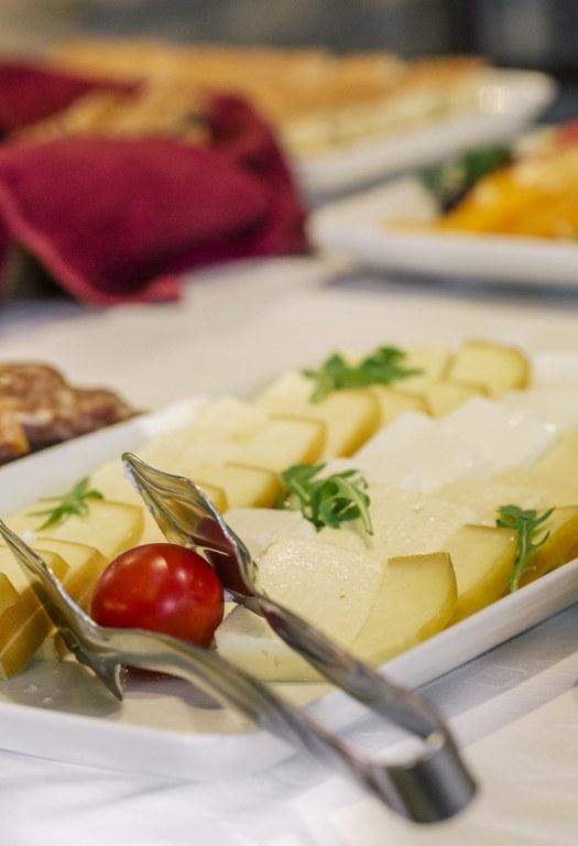 mladi podliveni sir, dimljeni sir, feta sir, trapist i topljeni sir